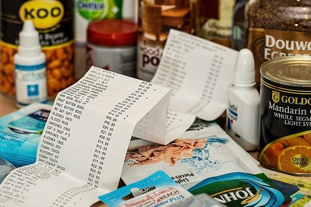 Als Konsumjunkie ist man dauernd Pleite. Beim Einkaufen werfen wir das Geld zum Fenster raus.