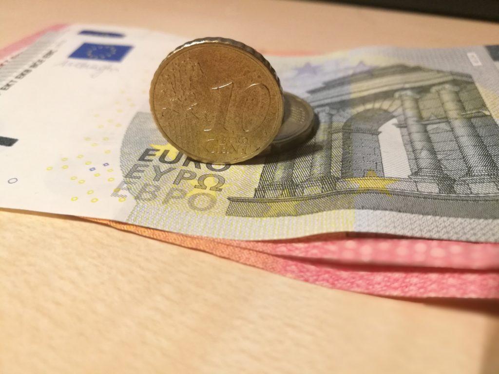 Einsparungen von kosten mit Euro Geldscheine und Münzen